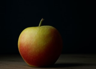 closeup photography of red apple fruit