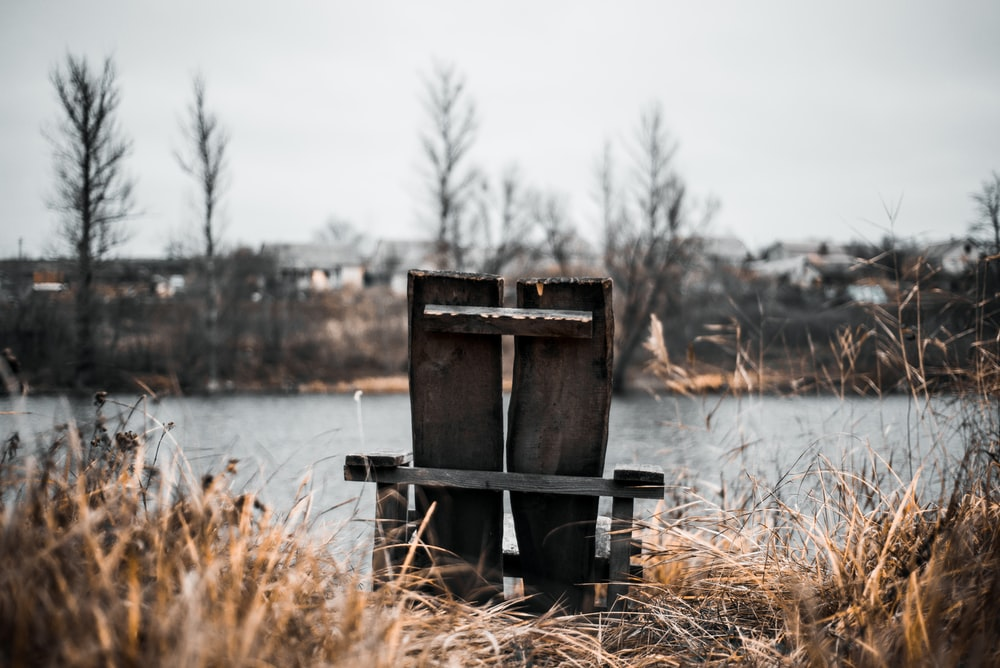 shallow focus photography of gray bench