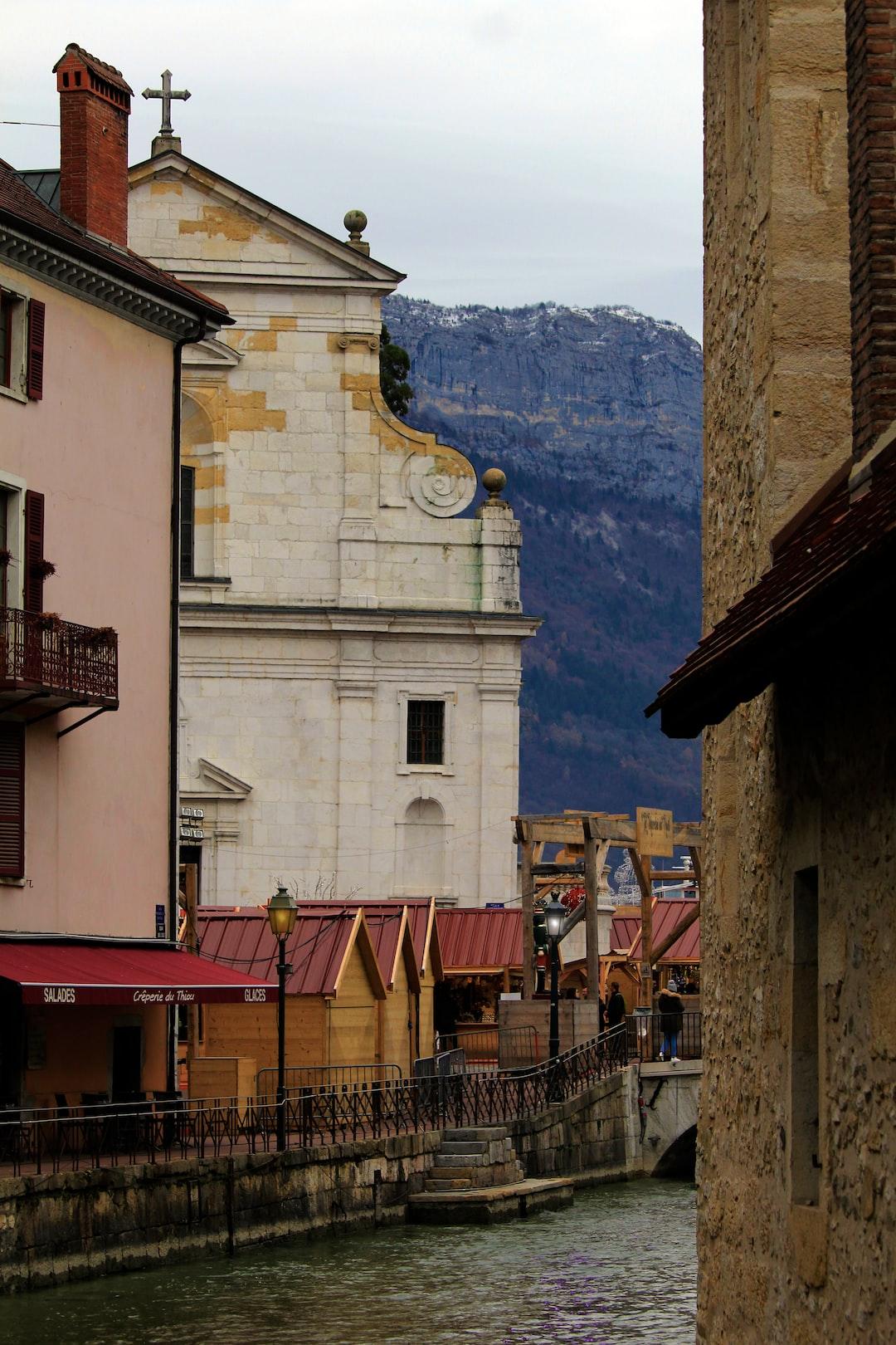 Annecy, river, rivière, montagne, mountain, old city, vieille ville annecy, noël, christmas,  chalet, croix, église, church, cottage