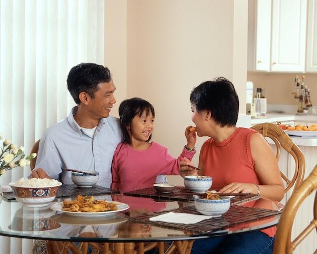 Une famille à table. | Photo : Unsplash