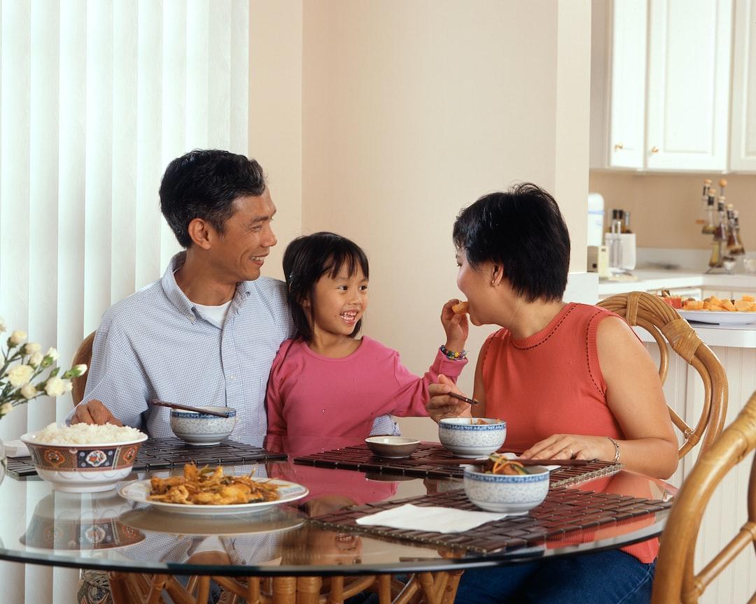 u003cbu003efamilyu003c/bu003e eating at the table photo u2013 Free Human Image on Unsplash