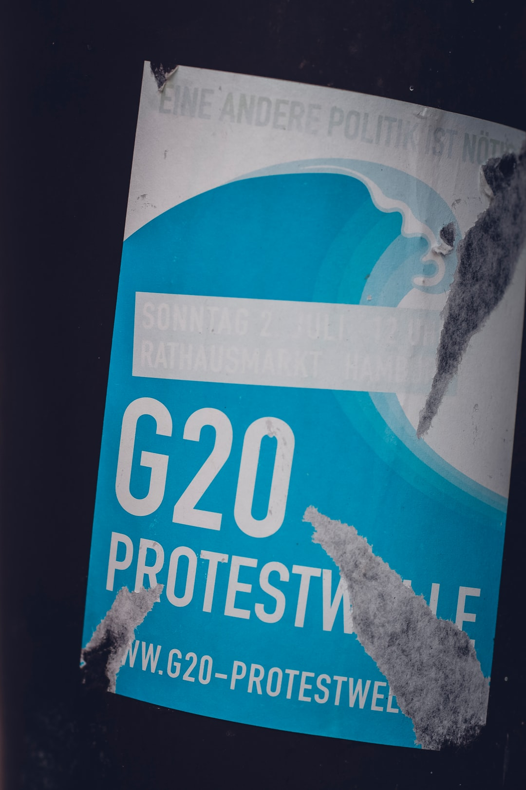 G20 Protest demonstration outcry sticker. Eine andere Politik ist nötig. // Another policy is needed.