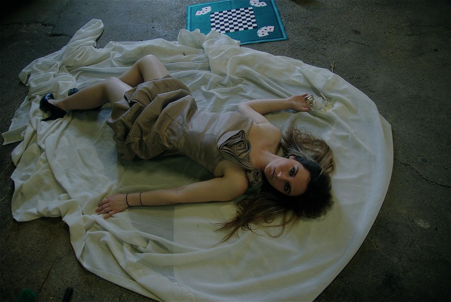 Девушка на полу
