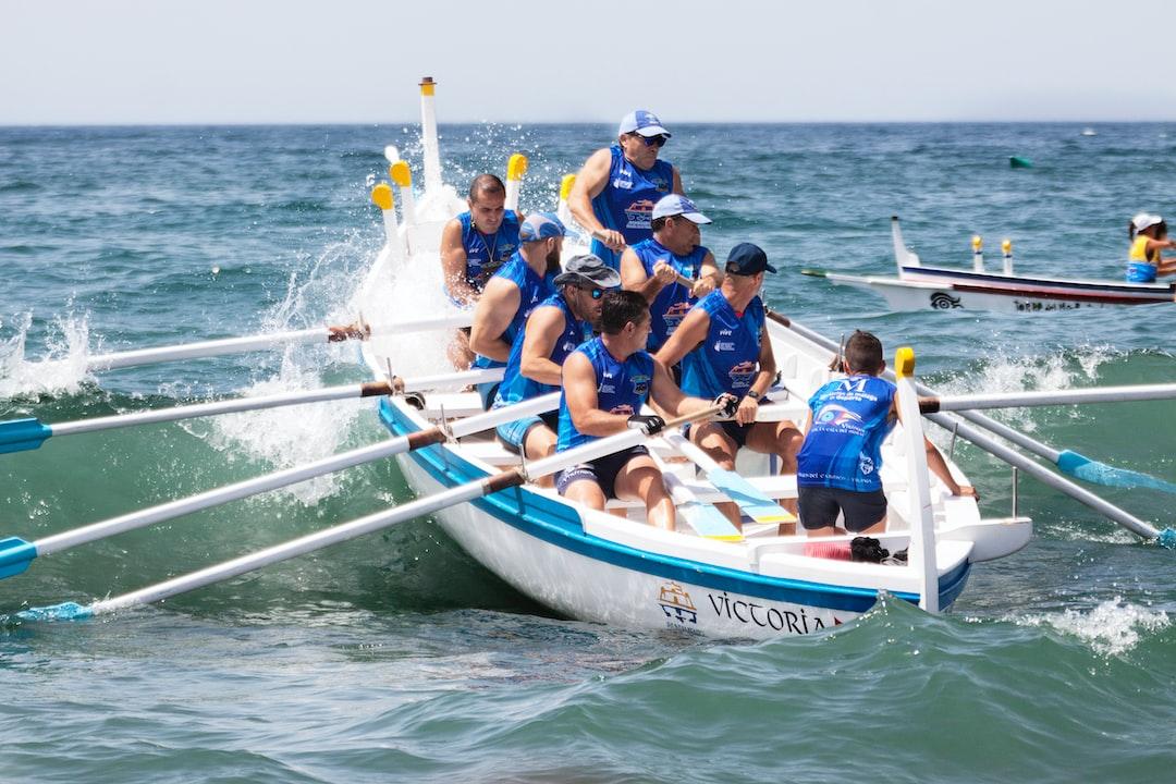 Tripulación del Club de Remo La Cala del Moral (Málaga) durante la regata de barcas de jábega celebrada en las playas de Rincón de la Victoria (Málaga) un dia en el que las olas ponian a prueba la pericia y experiencia del patrón.