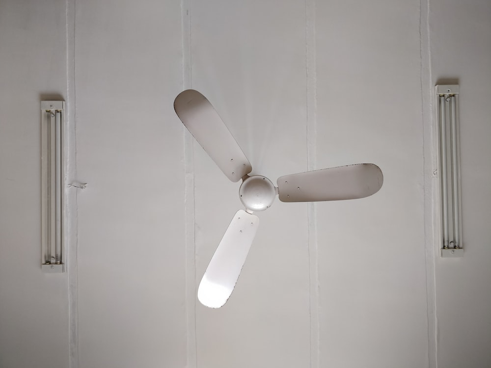 white 3-blade ceiling fan mounted on ceiling