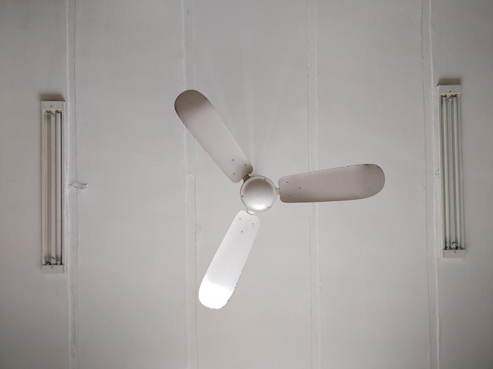 boku7 boku yedi white 3-blade ceiling fan mounted on ceiling