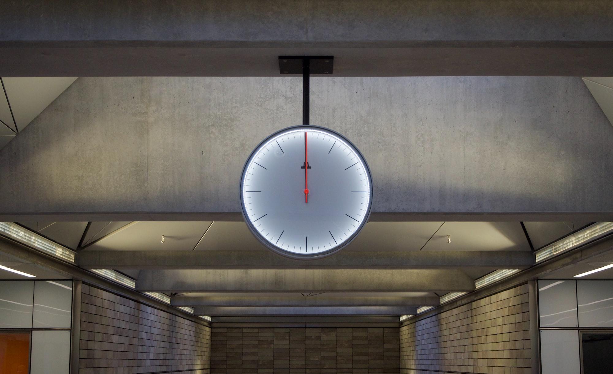 Na hodinách předpovídajících konec lidstva zbývají necelé dvě minuty. Je to nejméně v historii.