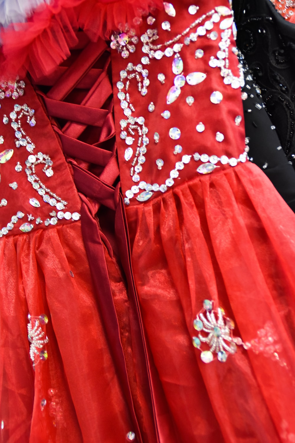 red and white tube pleated dress