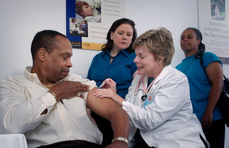 'Furar fila' de vacina pode ser considerado crime
