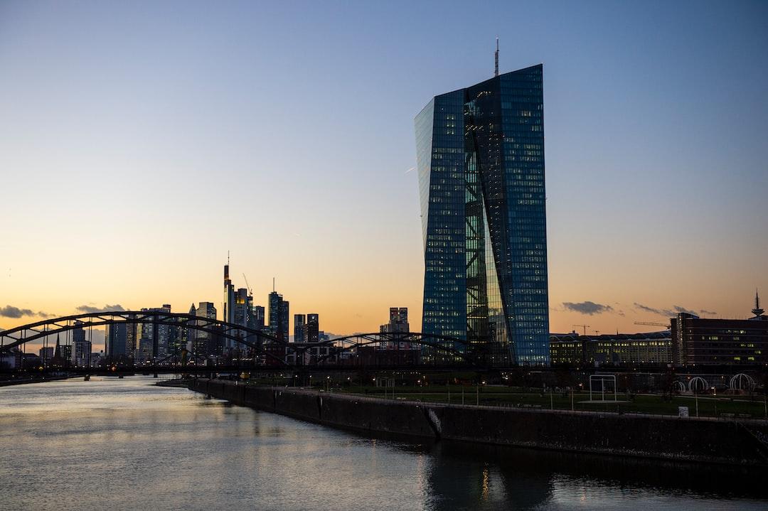 Blick von der Osthafenbrücke auf die EZB und die frankfurter Skyline bei Sonnenuntergang View of the ECB and the Frankfurt skyline from the Osthafen Bridge at sunset