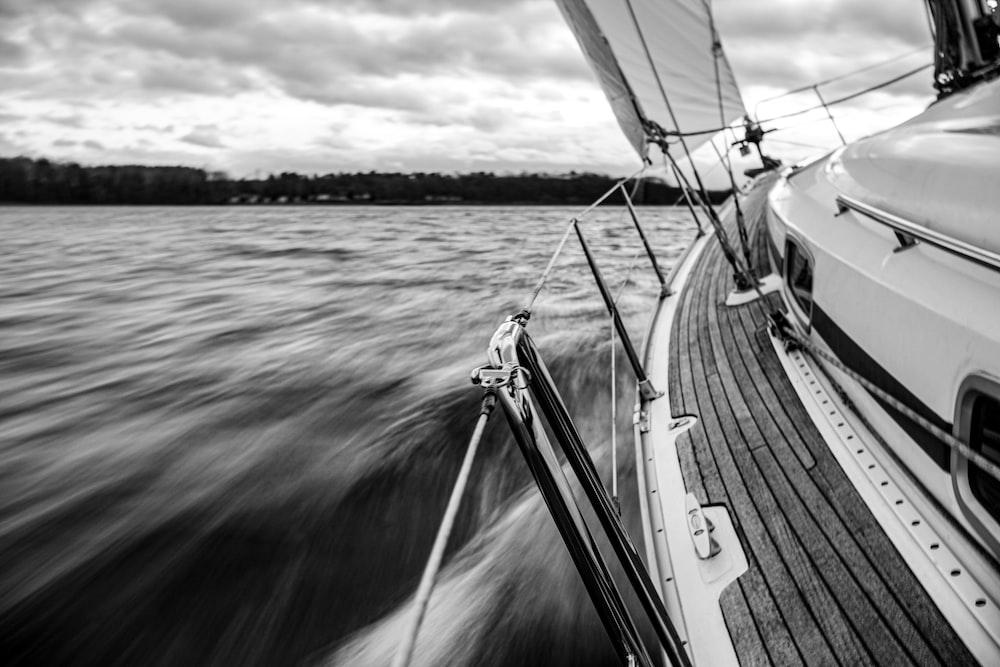 sailing speedboat during daytime