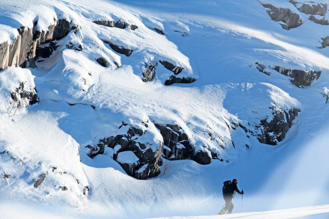Grimpeur à la montagne, ski de randonnée dans une montagne enneigée. 🏔