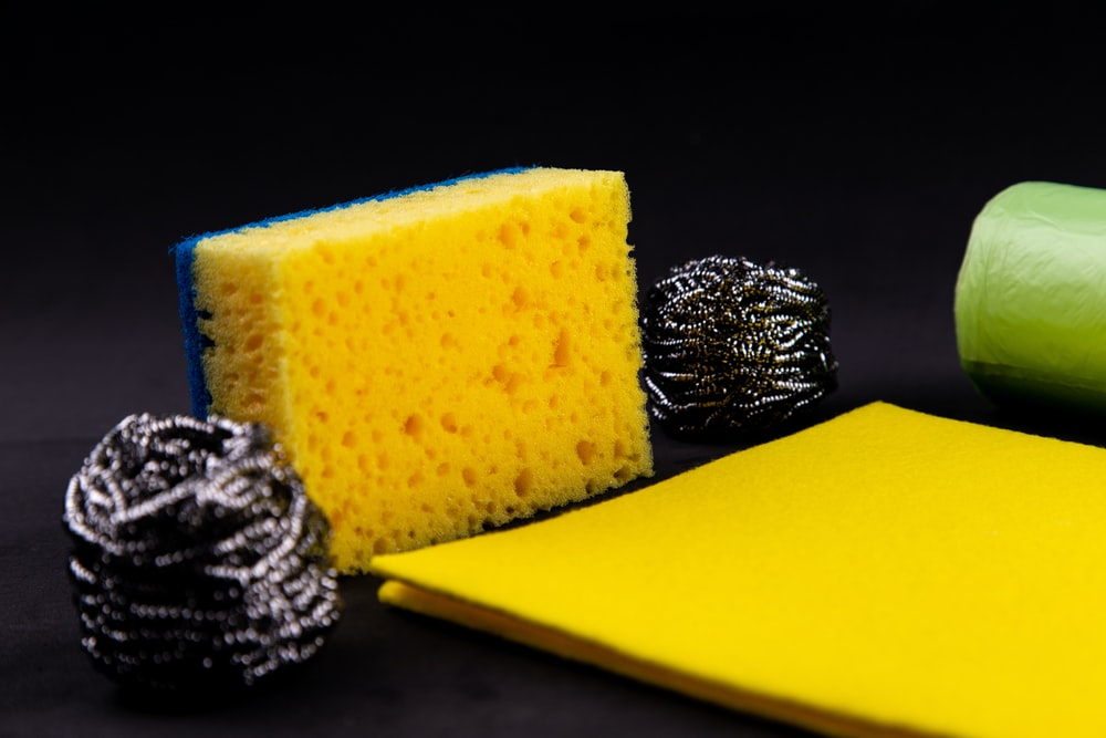 yellow sponge between two steel wools