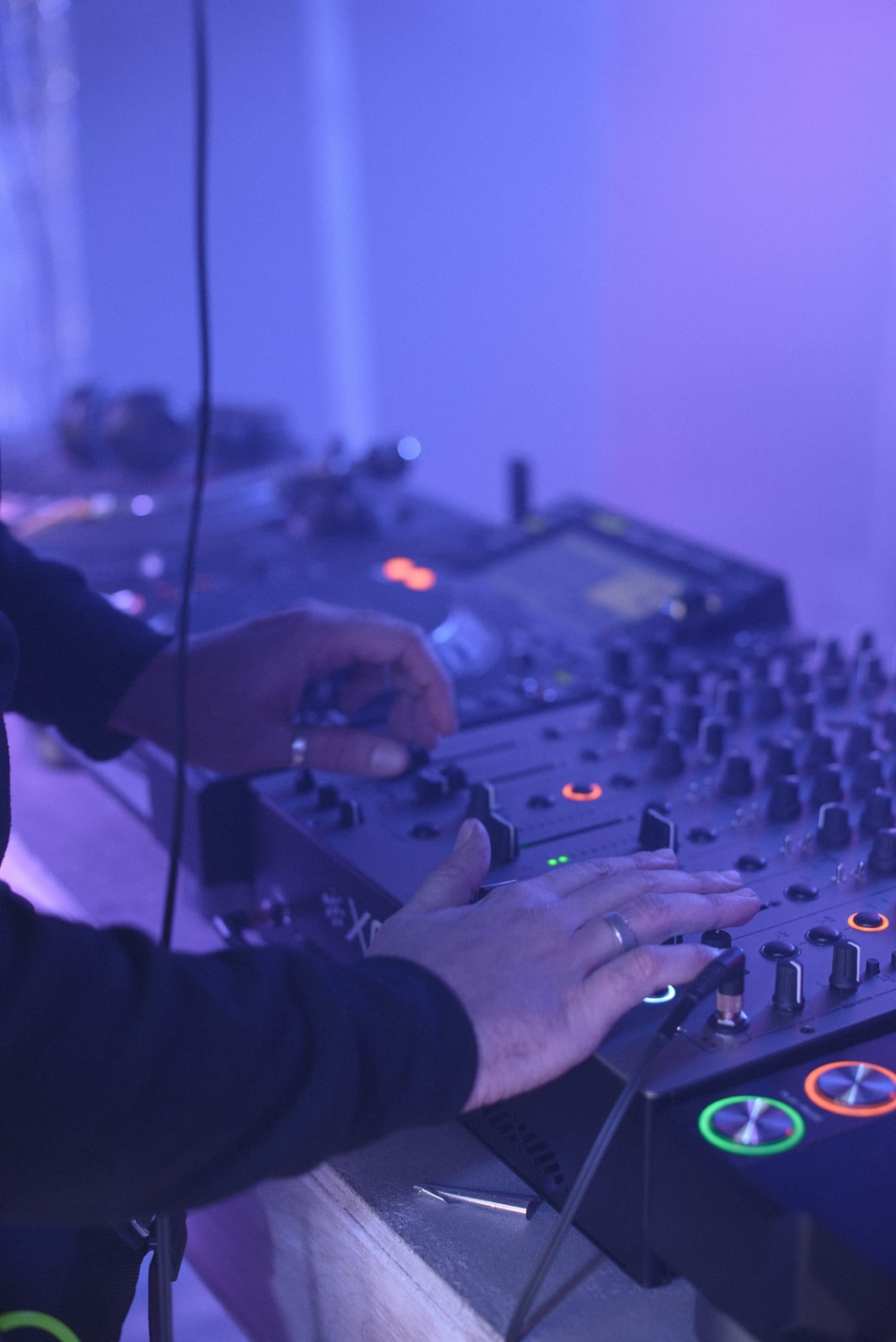 unknown person using DJ turn table