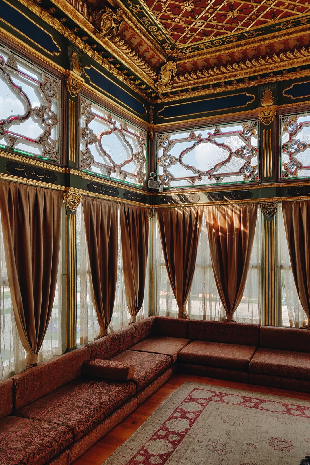 Incredible and meticulously designed ornamentation in one of the many courts and rooms of the Ottoman Topkapı palace in İstanbul, Turkey.