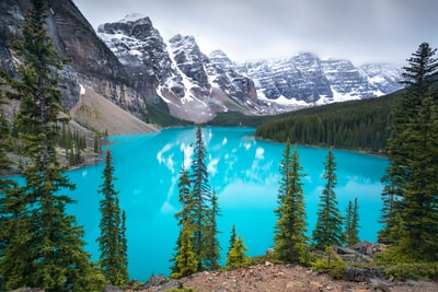The world-famous glacial blue water and 10 peaks of Moraine Lake in Banff, Canada.