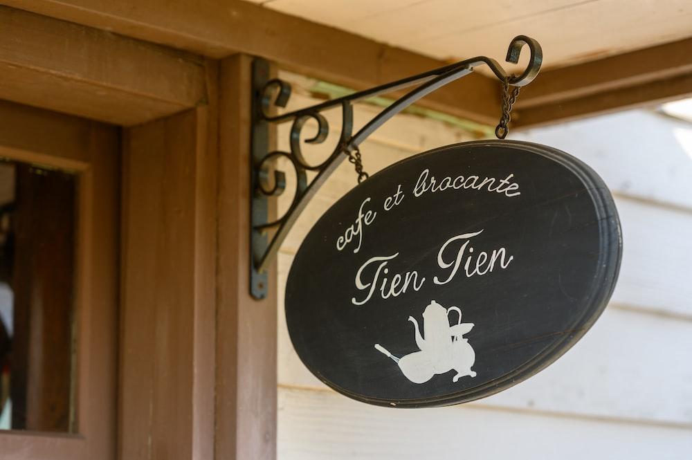 black and white cafe et bracante Tien Tien sign