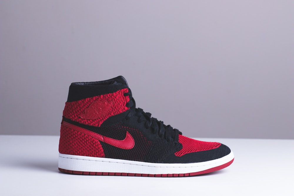 Abierto bruscamente cuenco  black and red Nike high-top sneaker photo – Free Apparel Image on Unsplash