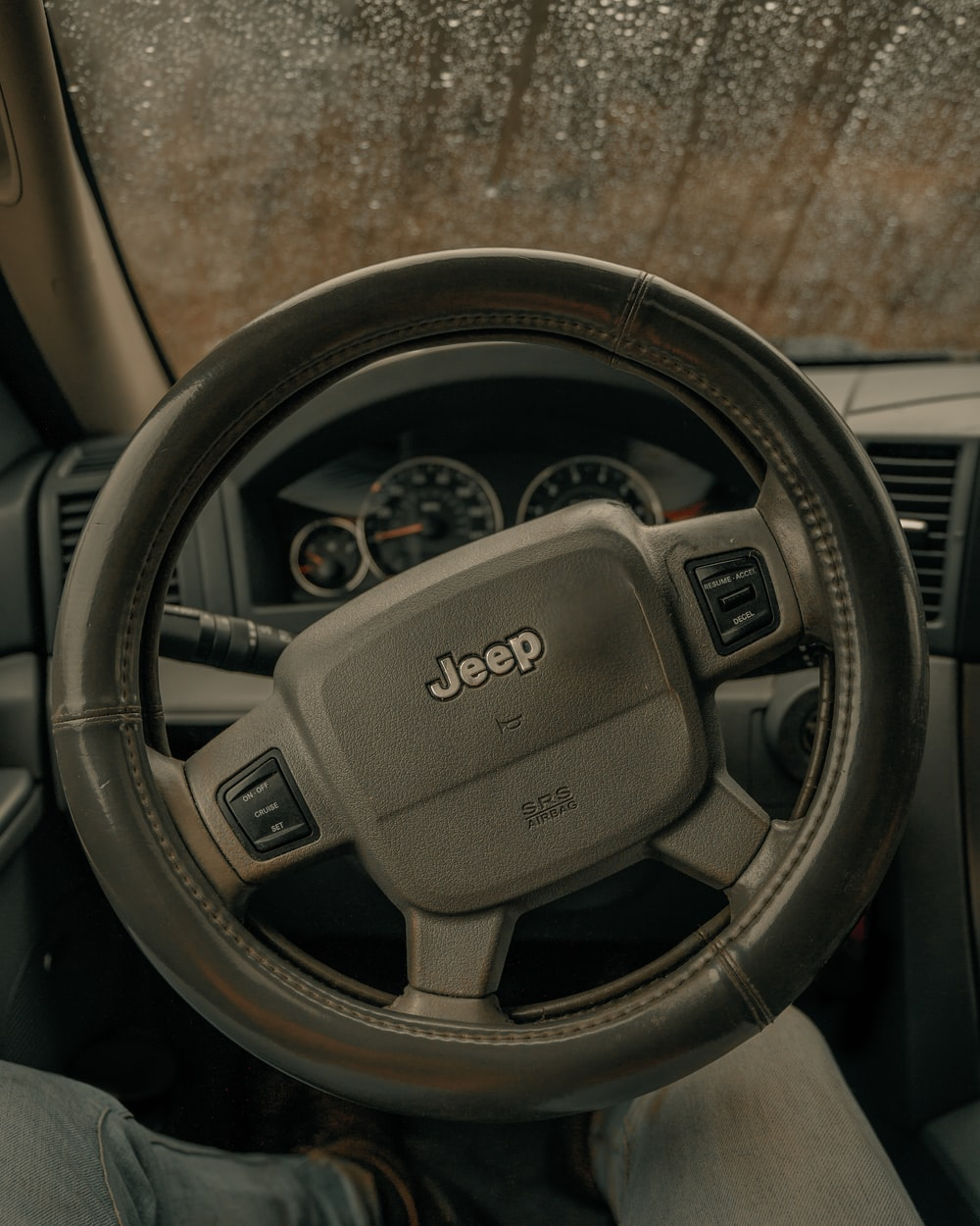 gray Jeep steering wheel