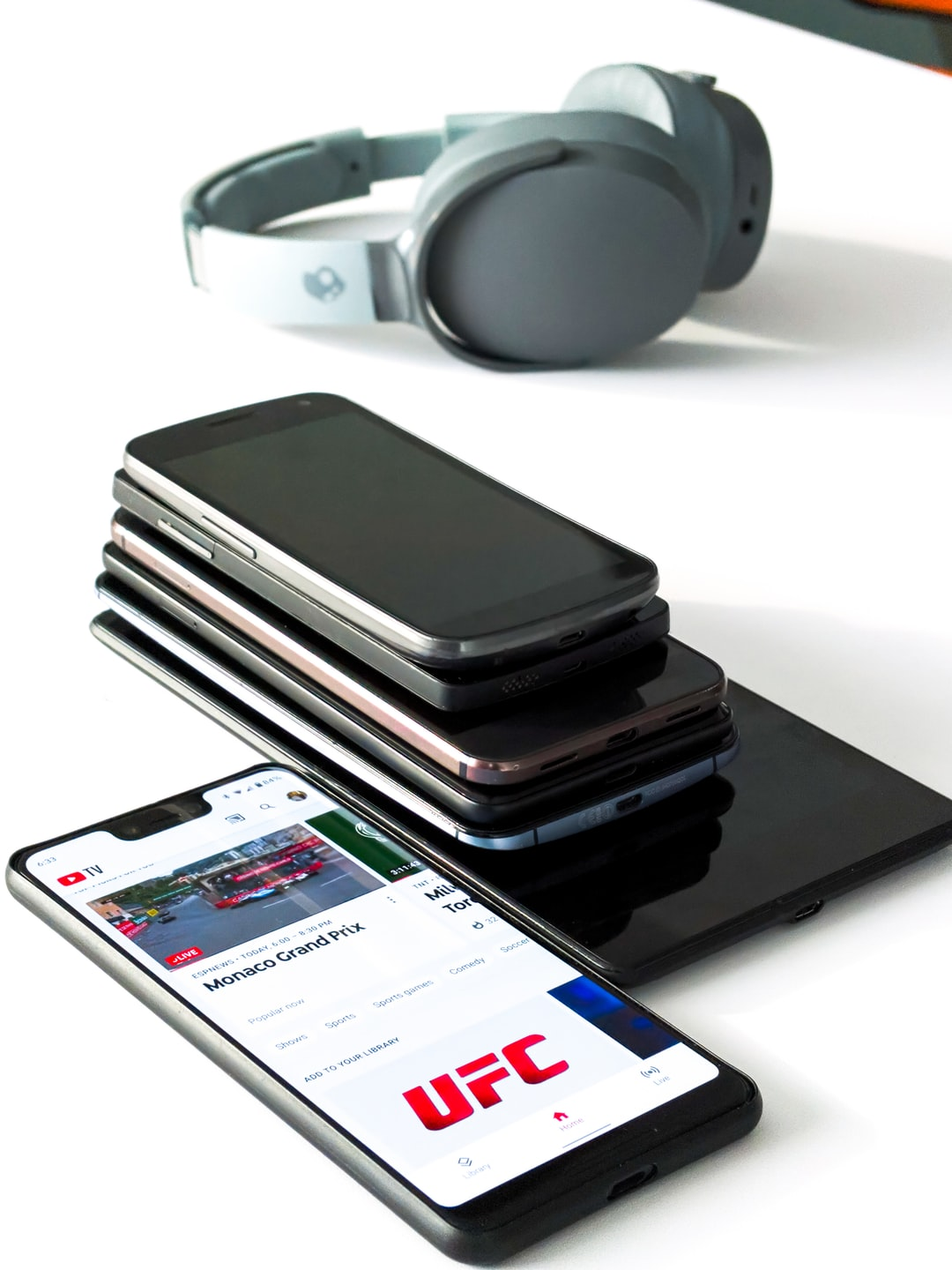 Workstation consisting of several phones, a tablet and Bluetooth headphones