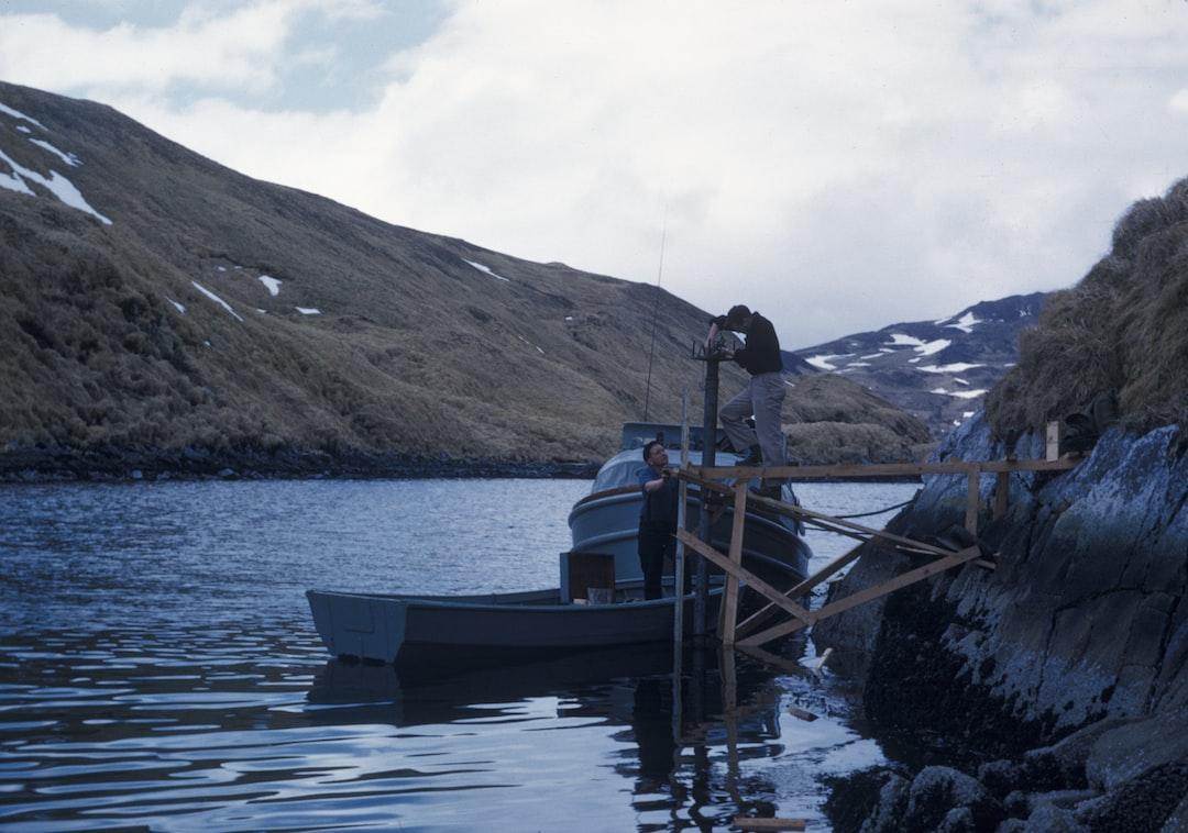 Servicing a tide gauge