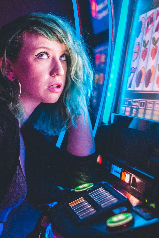 woman plying lucky 7 slot machine