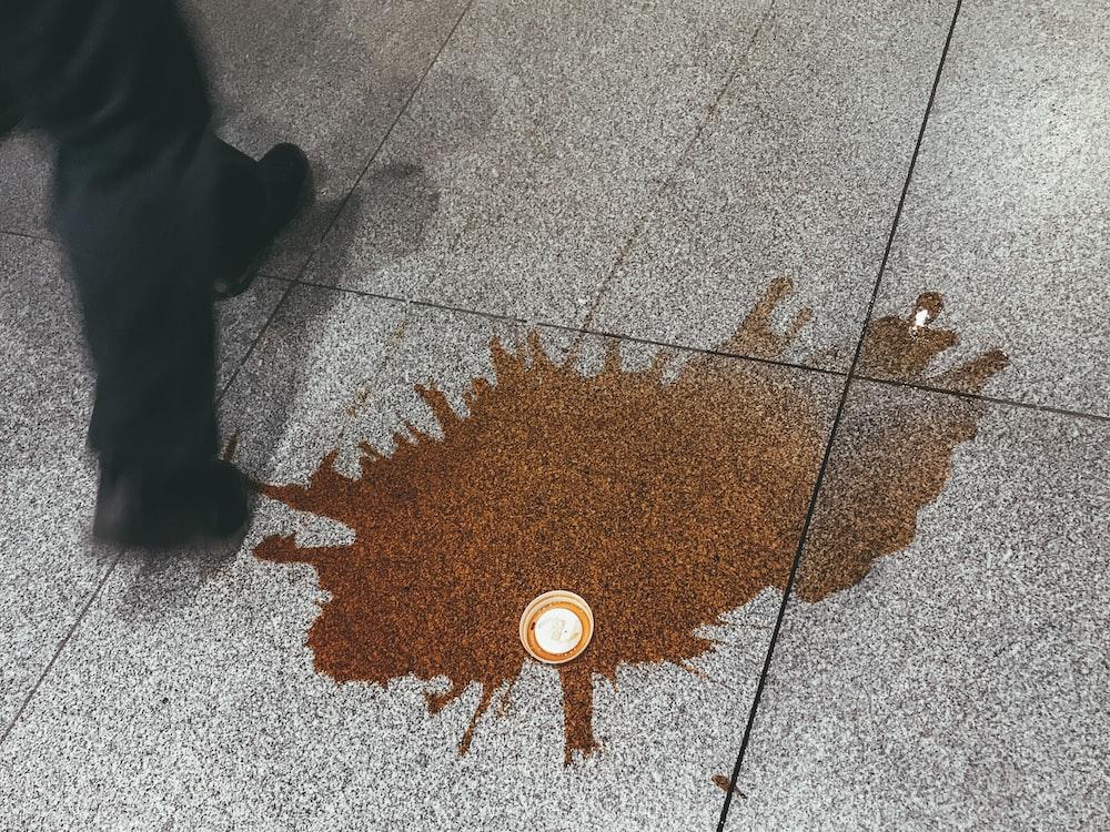 床にコーヒー流出