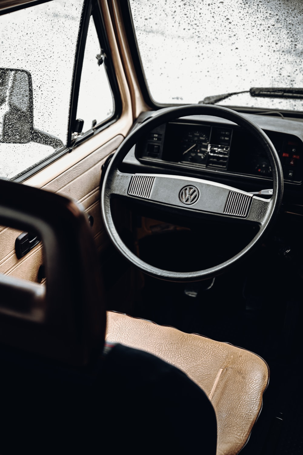 shallow focus photo of black Volkswagen steering wheelk
