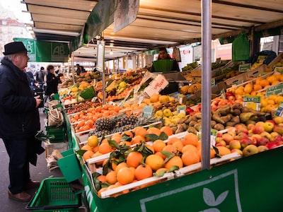 Pasqua: italiani in libera uscita, lunghe file davanti ai market e traffico