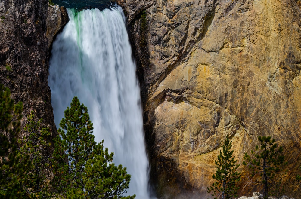 close-up photography of waterfalls during daytime