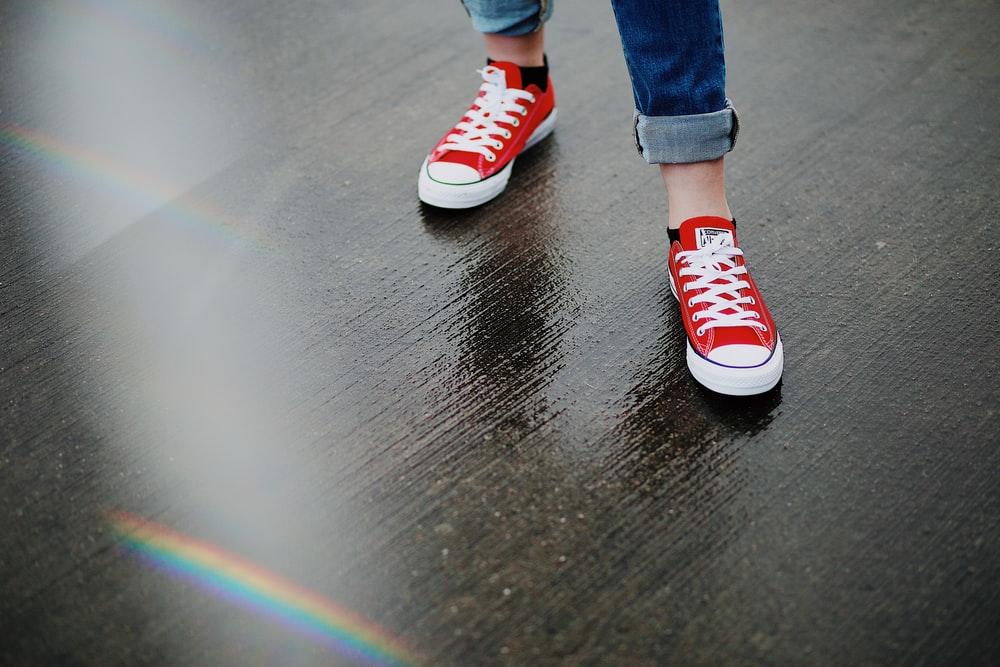 circuito Avispón Deducir  person wearing red Converse All-Star low-top sneakers photo – Free Image on  Unsplash