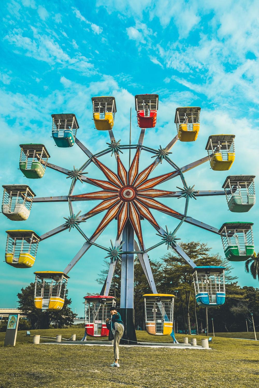 yellow and gray ferris wheel