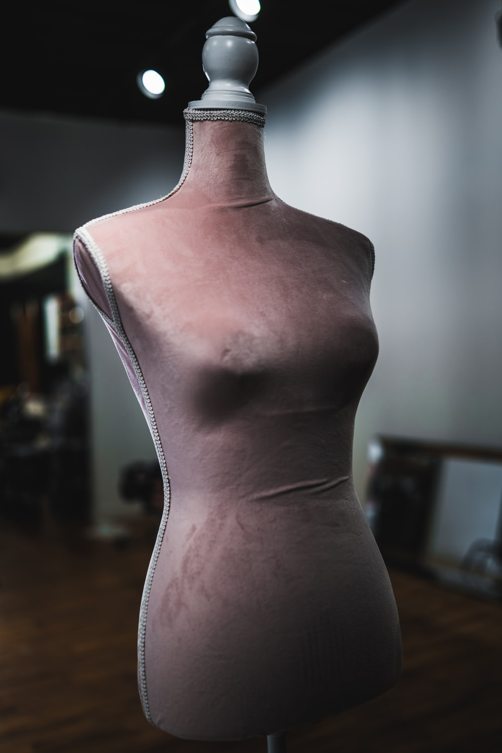 shallow focus photography of body mannequin