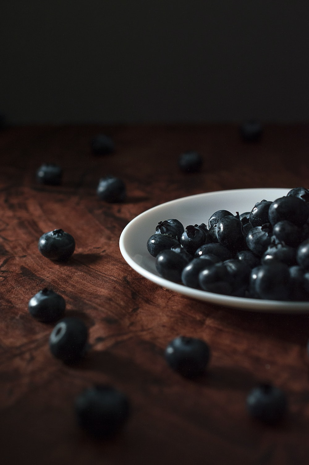 blueberry fruits in round white bowl