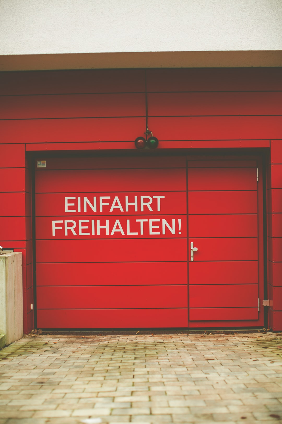 EINFAHRT FREIHALTEN – red garage door – KEEP THE ENTRANCE FREE