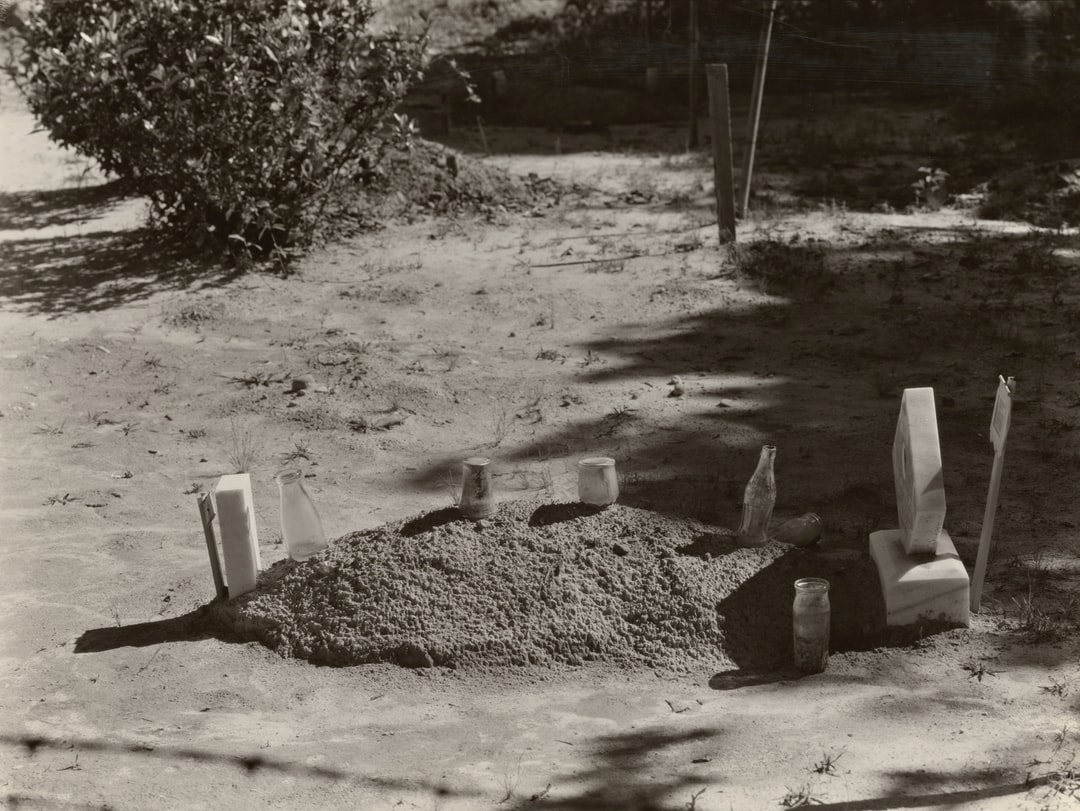 Sharecropper's grave. Hale County, Alabama. 1935