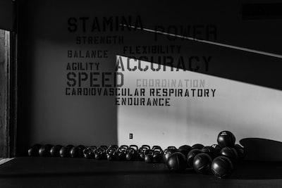 Hvordan opbygger jeg et helkropsprogram til styrketræning?