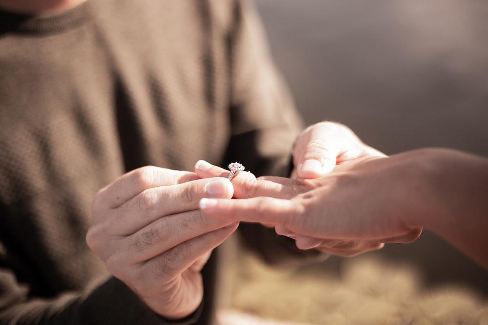 シルバーダイヤモンドリングを持っている人