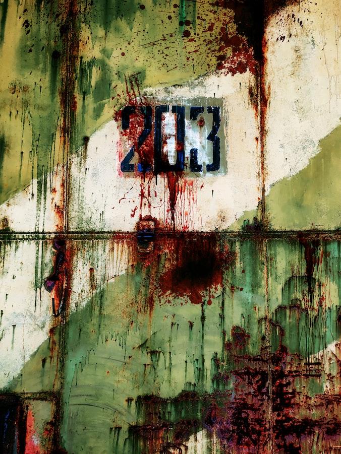 Дверь советского военного ангара с номером 203, ржавчиной и брызгами крови. Фотограф Tengyart