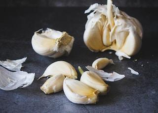 white garlic on black table