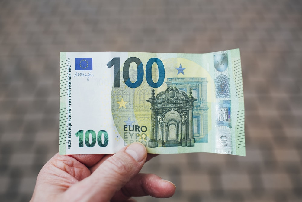 person holding 50 euro bill