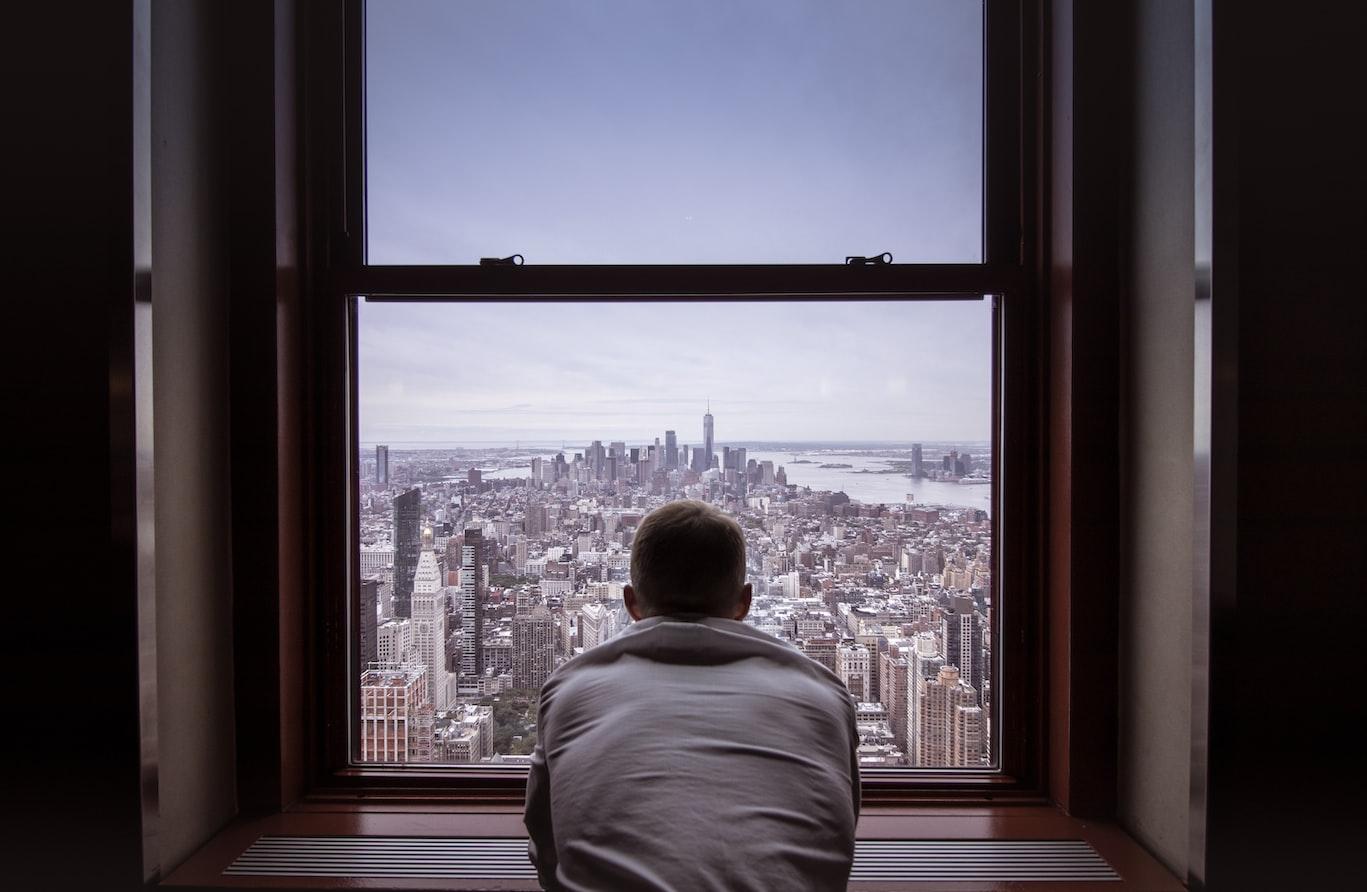 Мужчина у окна