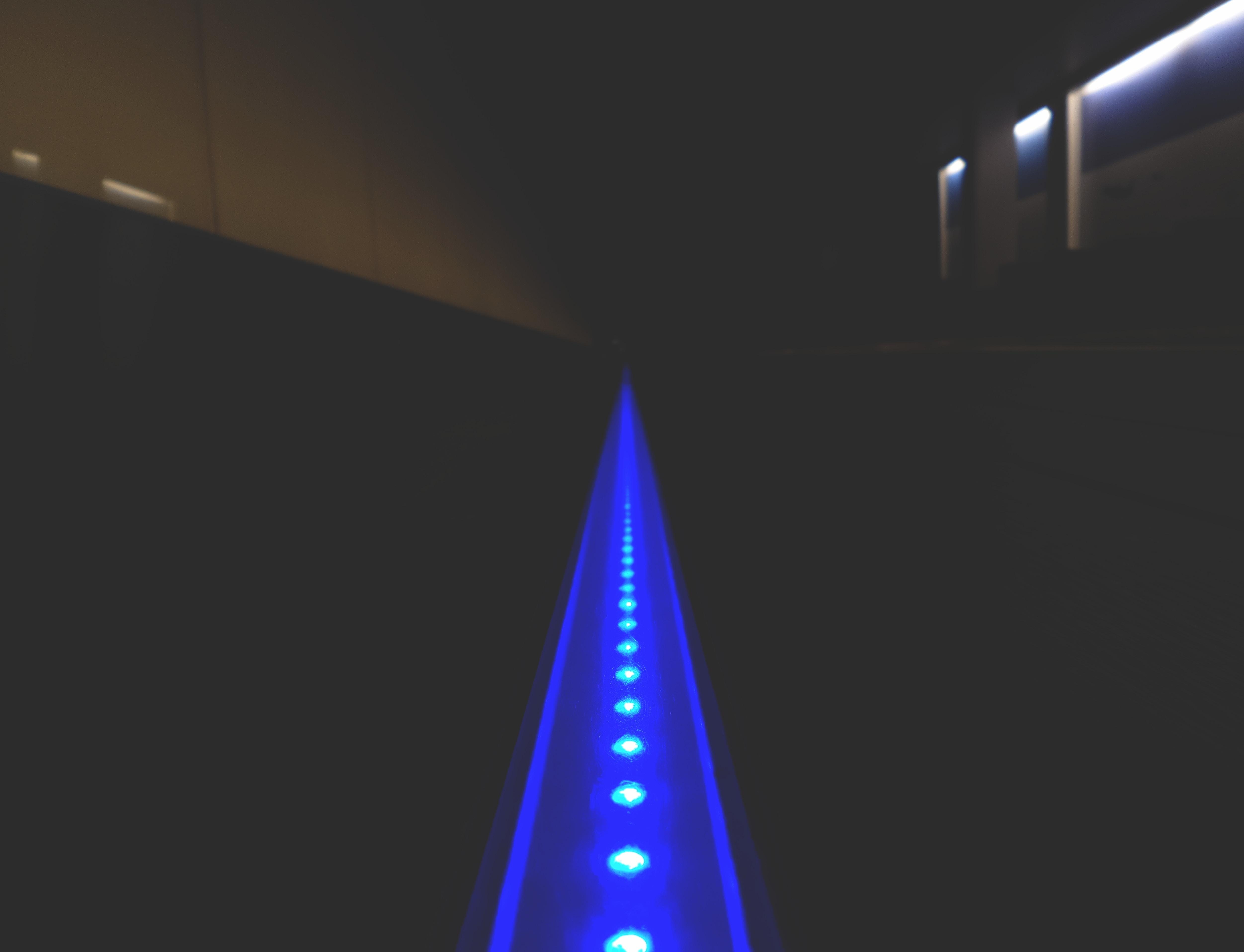 Montaż taśmy LED na półce kartonowo-gipsowej
