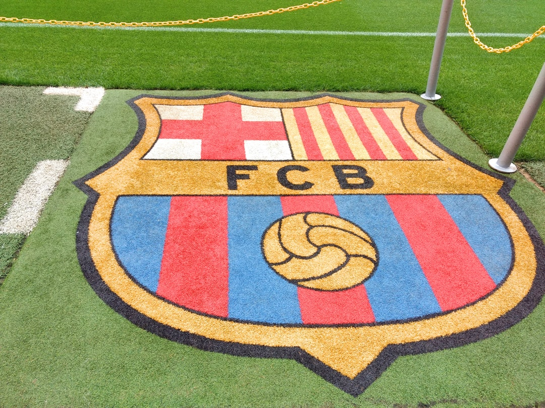 Wappen des FC Barcelona im Stadion Camp Nou