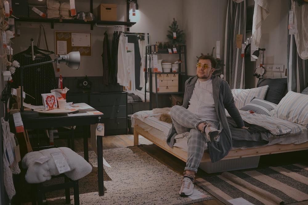 ragazzo seduto su un letto in una casa di ikea
