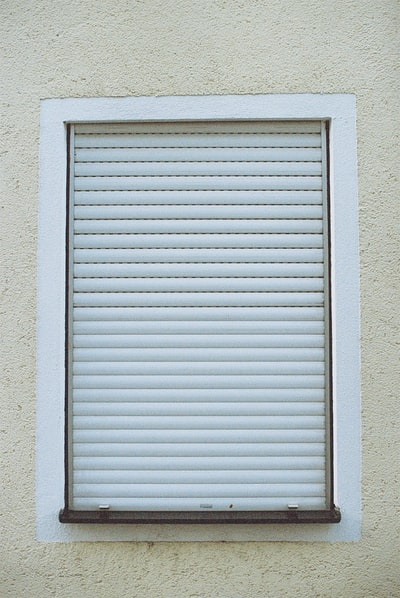 Closed window roller blind. Made with Leica R7 (Year: 1994) and Leica Summilux-R 1.4 50mm (Year: 1983). Analog scan via nimmfilm.de: Fuji Frontier SP-3000. Film reel: Kodak Porta 800
