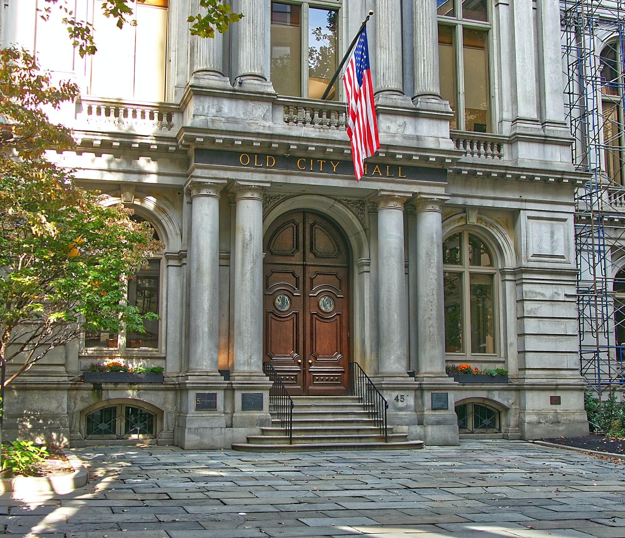 L'ancien hôtel de ville de Boston abrita son conseil municipal de 1865 à 1969. Il fut l'un des premiers bâtiments de style Second Empire français à être construit aux États-Unis.  Les architectes du bâtiment, construit entre 1862 et 1865, étaient Gridley James Fox Bryant et Arthur Gilman.