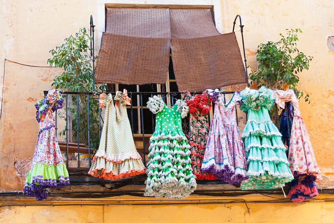 Hace ya bastante tiempo que hice esta foto en una calle del centro de Málaga de la que no recuerdo su nombre. Me llamó la atención esta imagen sobre todo porque no conocía el motivo por el cual los trajes estaban allí colgados. Lo cierto es que le daba un tono alegre a la calle.