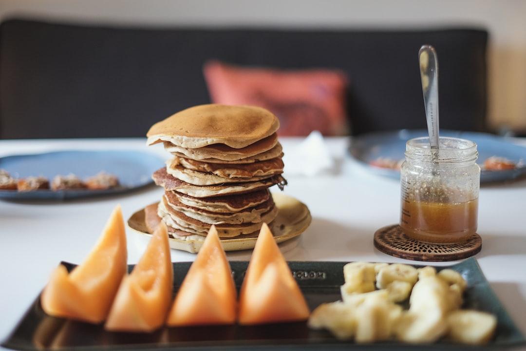 Homemade pancakes and fruits for the breakfast, thanks to my girlfriend... Crêpes et fruits préparés maison par ma copine.