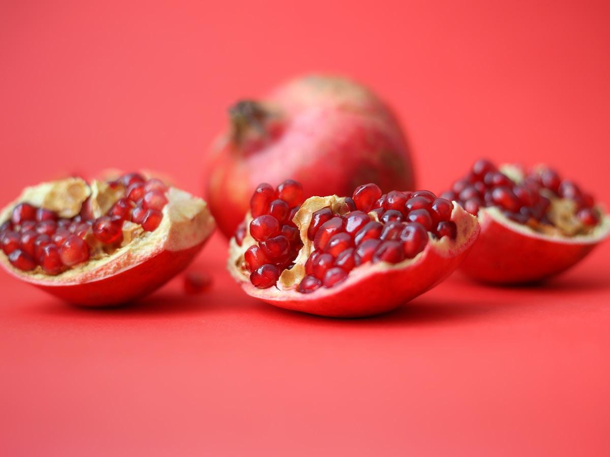 granadas, granada fruta, red fruit on red table